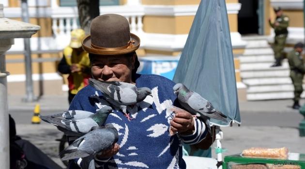 La-Paz-Taubenfrau-auf-dem-Plaza-Murillo.JPG